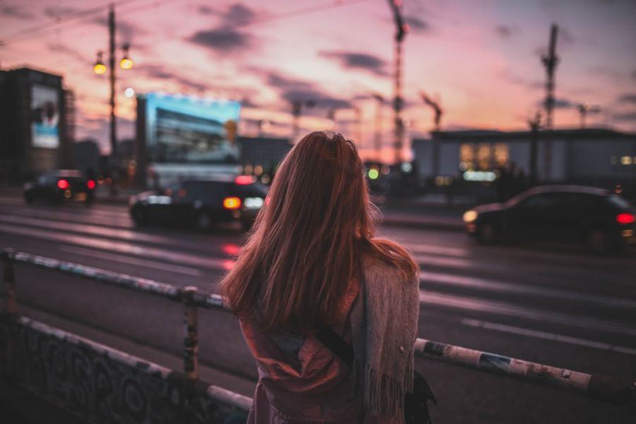 megismerni új embereket a városban)